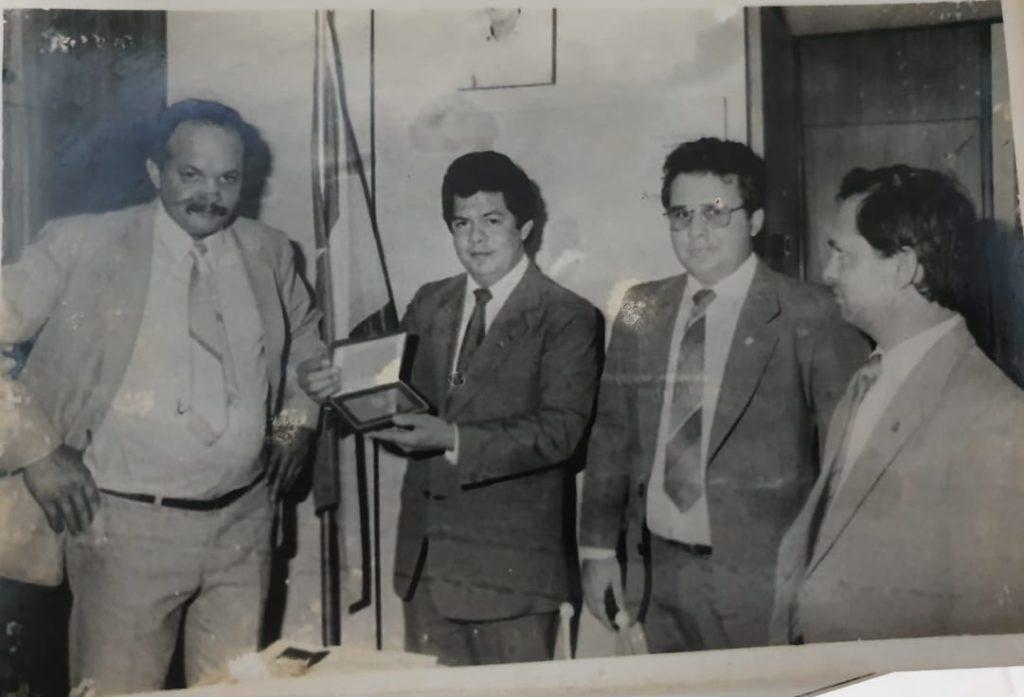 Entrega de placa de reconhecimento ao então deputado. Federal José Guedes