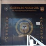 Nova porta da Academia de Polícia com o nome do colega Luiz Glasyman de Oliveira