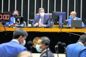 Governo cede na PEC Emergencial e suspende promoções de servidores