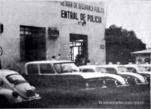 Foto de viaturas do passado, defronte a Central de Polícia