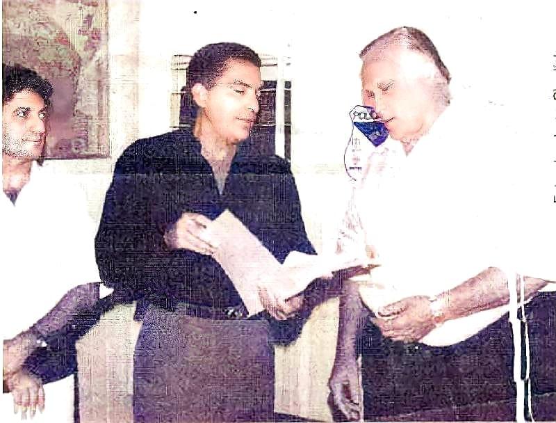 Entregando ao colega e então Secretario de Segurança Publica de Rondônia, Walderedo Paiva, as partituras do Hino da Polícia Civil